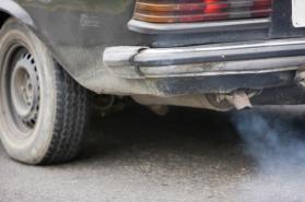 Una-vecchia-auto-inquinante